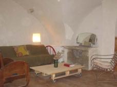 Coin salon, canapé convertible 2 places et 1 lit simple. Jeux d'enfants, livres.